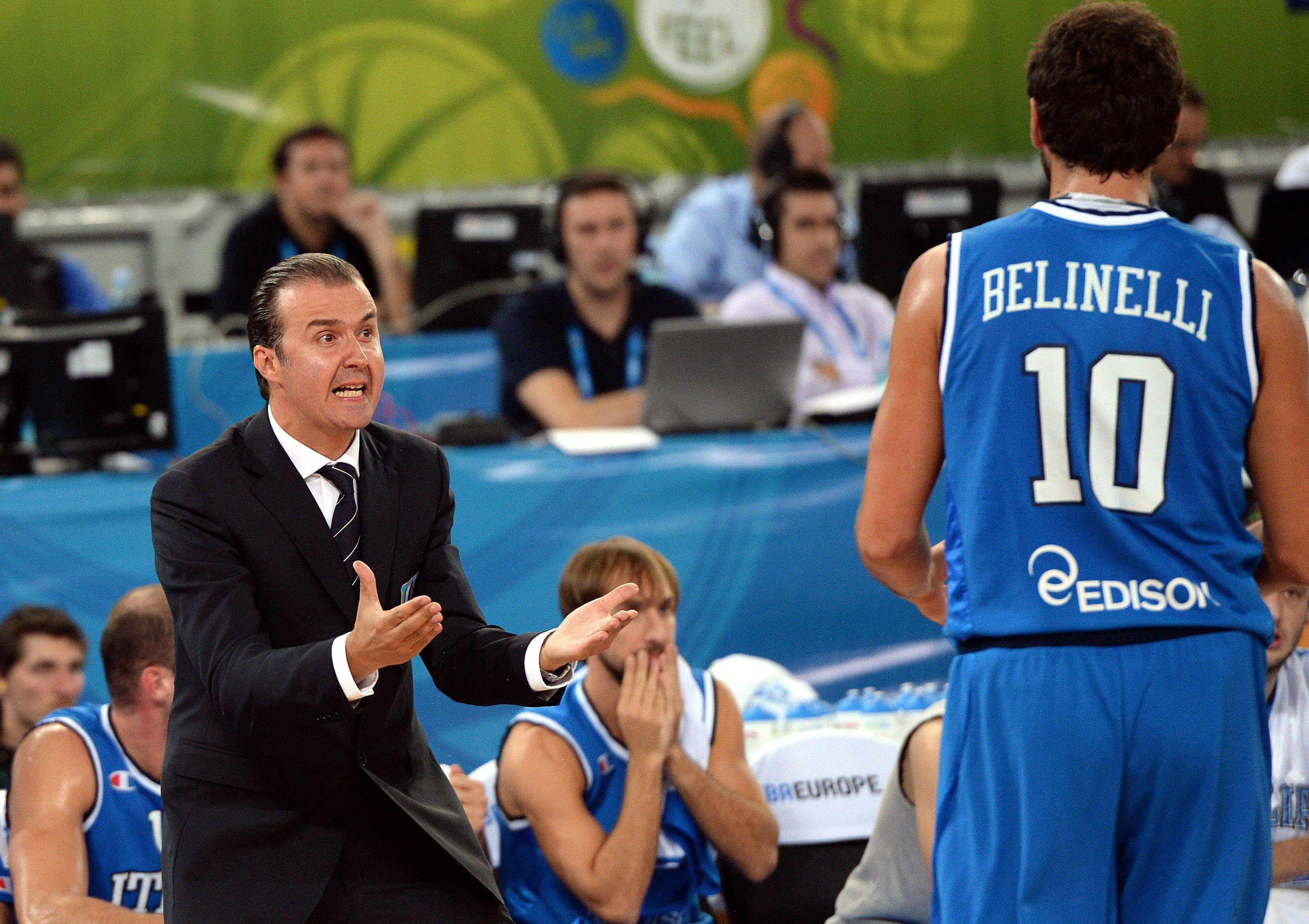 epa03874672 Italian head coach Simone Pianigiani talks to his player Marco Belinelli (R)  during the EuroBasket 2013 quarter-final match between Lithuania and Italy at Stozice Arena in Ljubljana, Slovenia, 19 September 2013.  EPA/GEORGI LICOVSKI