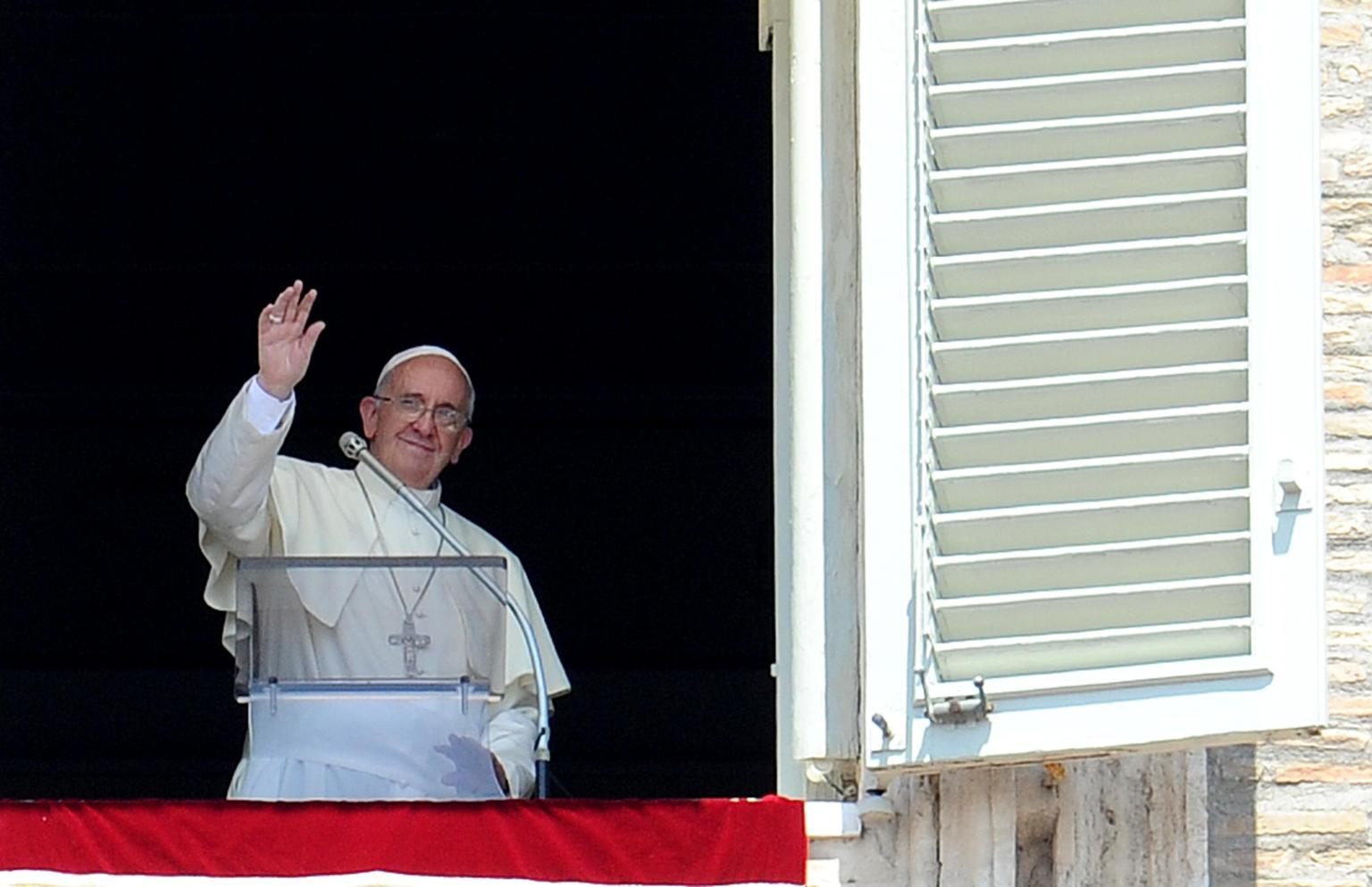 Pope Francis greets faithful during the Angelus payer, in St. Peter's square, Vatican City, 21 July 2013.  ANSA/ETTORE FERRARI