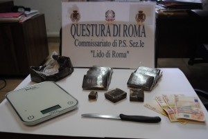 Ostia – Aspettavano l'hashish alla fermata dell'autobus, arrestati due pusher