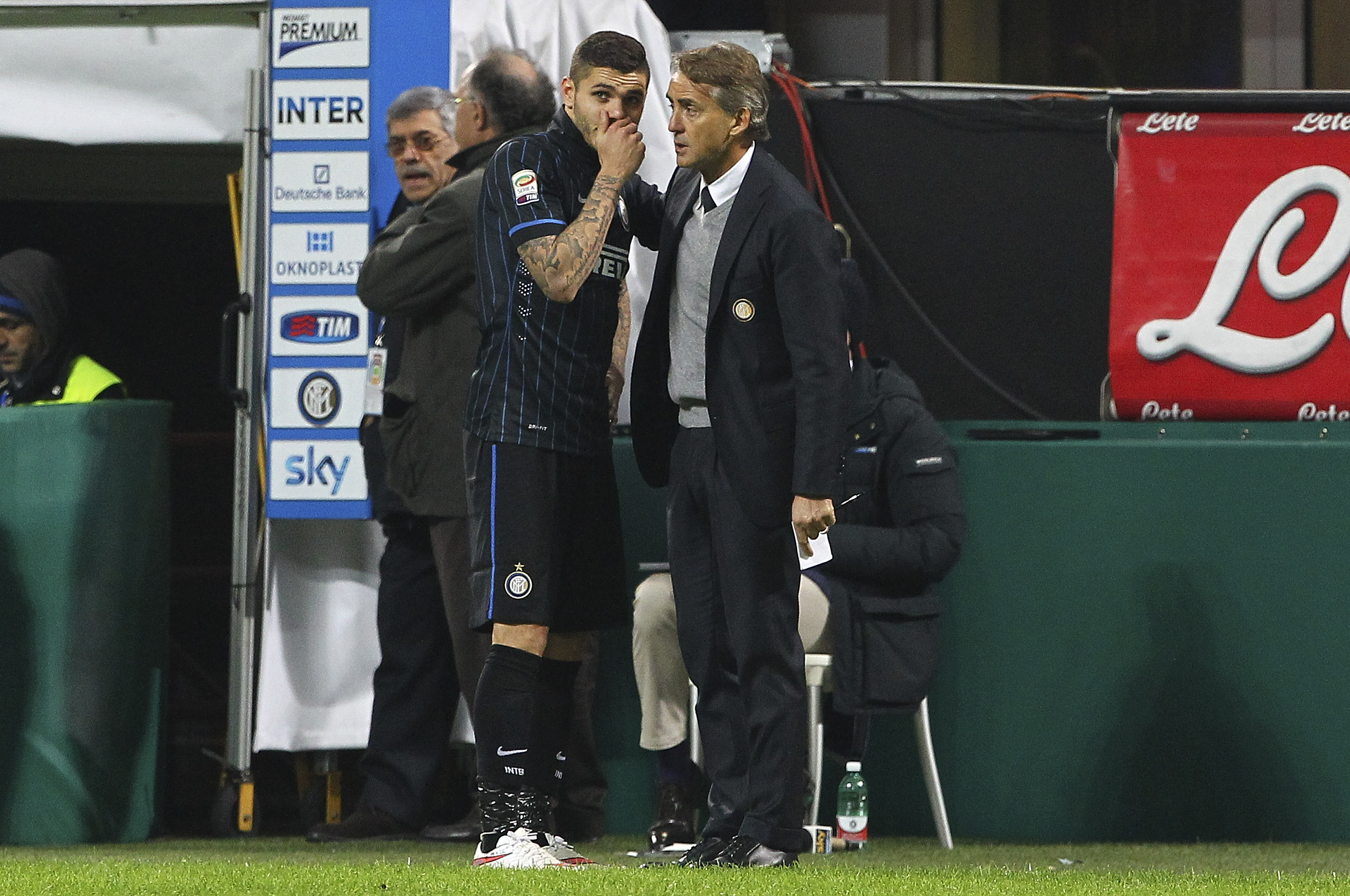 MILAN, ITALY - DECEMBER 07:  Mauro Emanuel Icardi (L) of FC Internazionale Milano speaks to his coach Roberto Mancini (R) during the Serie A match between FC Internazionale Milano and Udinese Calcio at Stadio Giuseppe Meazza on December 7, 2014 in Milan, Italy.  (Photo by Marco Luzzani/Getty Images)