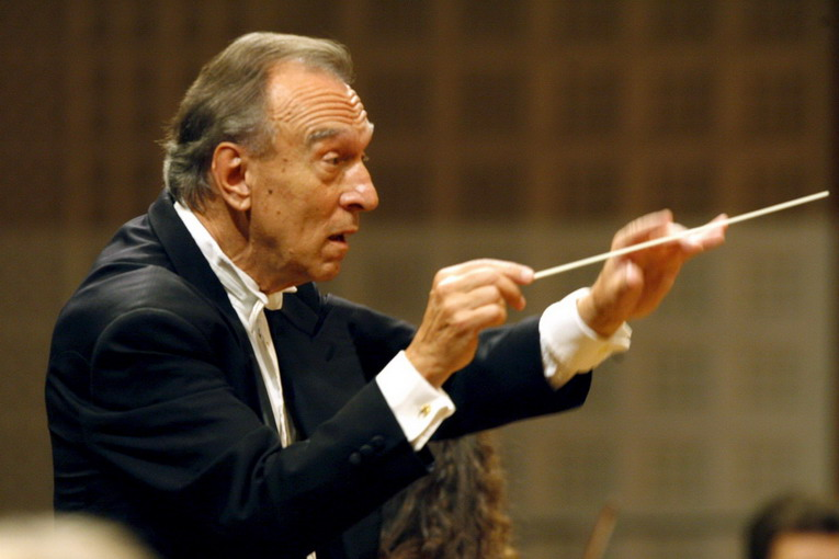 Italian conductor Claudio Abbado conducts  the Lucerne Festival Orchestra during the opening concert of the Lucerne Festival, Thursday, 10 August 2006 in Lucerne, Switzerland.   ANSA/URS FLUEELER