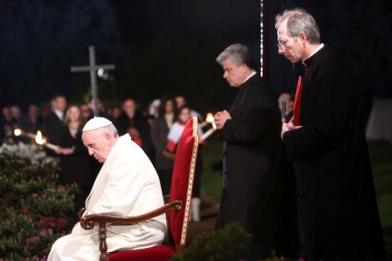 papa_francesco_via_crucis14