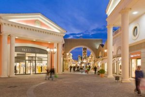 Castel Romano, rubano scarpe e felpe all'interno dell'outlet: arrestate due donne