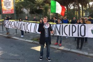 Ostia, CasaPound e residenti impediscono i mercatini rom abusivi