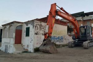 Ardea, ruspe sul lungomare: demolite due case abusive