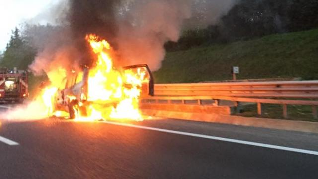 Roma, GRA bloccato per un'auto in fiamme per incidente