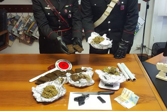 Ariccia, arrestato pusher: sequestrati due kg di droga e una pistola