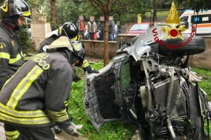Incredibile incidente in Via Gualtiero a Roma: codice giallo per il conducente