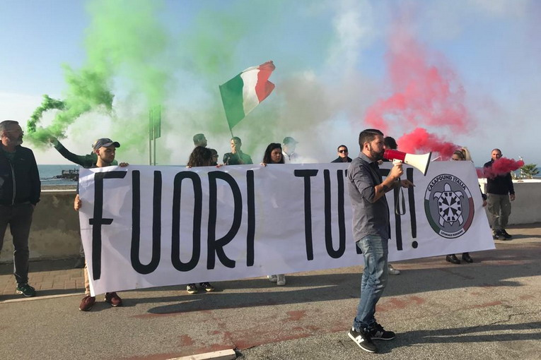 Ostia, blitz di CasaPound  davanti all'ex colonia occupata da immigrati