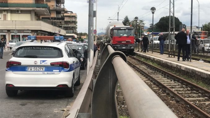Grave incidente questa mattina in Via Casilina, betoniera travolge 9 auto