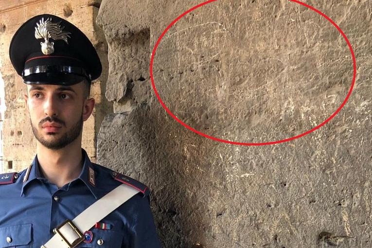 Colosseo, studente tedesco incide le sue iniziali all'interno del monumento